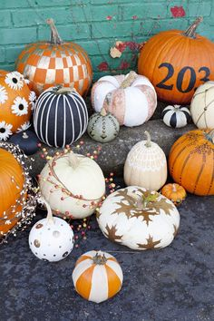 Want to make your outdoor Halloween decorations stand out? Here are 20 of the best ideas for Halloween Fete Halloween, Diy Halloween Decorations, Holidays Halloween, Halloween Crafts, Preschool Halloween, Outdoor Halloween, Halloween Stuff, Decorating Pumpkins Without Carving, Pumpkin Decorating