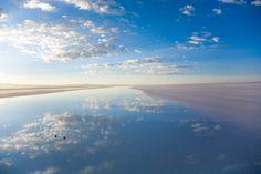 雨期の間、ボリビアの1万平方キロメートルにわたる塩の平野は、世界最大の天然の鏡となる。