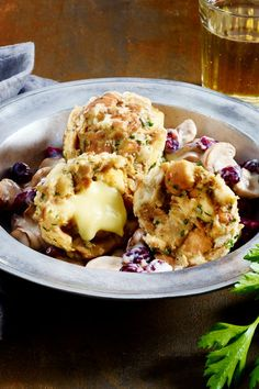 Käseknödel mit Pilz-Ragout For the best # dumplings Not only do you use special pastries, you also fill them with spicy ones and bed them on creamy Mushroom Ragout Recipe, Salad Recipes, Vegan Recipes, Best Dumplings, Slow Cooker Recipes, Cooking Recipes, Yummy Food, Tasty, Vegetable Drinks