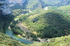 Les Gorges de lArdèche  Ce canyon calcaire creusé dans le plateau est un petit paradis pour les amateurs de canoë-kayak, en été. L'hiver, les crues des gorges del'Ardèche peuvent être impressionnantes, malgré la régulation du cours d'eau effectuée à cause de nombreux débordements. © Robert Pacchioni   http://www.linternaute.com/