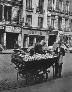 """Un marchand ambulant de pommes """"Golden"""" et de poires """"Louise Bonne"""", rue Saint-Antoine, vers 1955. Le """"Sully Hôtel"""" est toujours là aujourd'hui! Une photo de Ervin Marton."""
