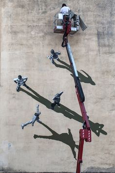 As part of the Memorie Urbane street art festival in Italy, Norweigan stencil artist Anders Gjennestad (aka Strøk) painted this shadowy mural on the side of an old school. 3d Street Art, Street Art Graffiti, Street Artists, Banksy, Saatchi Gallery, Colossal Art, Illusion Art, Illusion Photos, Chalk Art