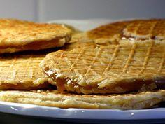 Stroopwafels /  Ingredienten voor de wafels: ◦500 gram bloem ◦ 250 gram gesmolten boter ◦ 150 gram witte basterdsuiker ◦ 50 gram gist ◦ een beetje lauwe melk ◦ een ei  Ingredienten voor de vulling: ◦500 gram stroop ◦ 300 gram donkere basterdsuiker ◦ 75 gram boter ◦ een theelepel kaneelpoeder