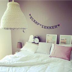 Hanglamp gemaakt van dikke pure wol. Deze gehaakte lamp staat voor; puur, basic, comfort en behaaglijkheid. Waanzinnige eye-catcher in je huis. Deze foto is gemaakt voor 101 woonideeën. U kunt deze lamp vinden op