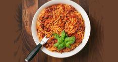 Cette recette de sauce à spaghetti est alléchante! À base de tomates et de veau, cette sauce laisse échapper des arômes réconfortants en mijotant sur la cuisinière. Sauce Spaghetti, Sauces, Pasta, French Food, Vinaigrette, Japchae, Cooking Time, Meals, Ethnic Recipes