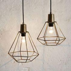 Stoere #industriële #hanglampen van #metaal. Deze #draadlampen hebben een simpele maar stoere uitstraling en staan mooi voor de oneffen witte muur. #metal #pendant #lights #white #metal