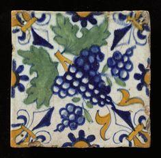 ¤ Tegel 1600 - 1650 Technique: Tinglazuur Size: hoogte: 133 mm; breedte: 133 mm; dikte: 14 mm Diagonaaldecor ( druif met leliehoeken en rozetten) // Dutch tile with grapevine diagonal design and fleur-de-lys corners