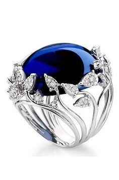 Sortija de plata con incrustaciones estilo vintage coronada por un zafiro azul bellamente acabado.