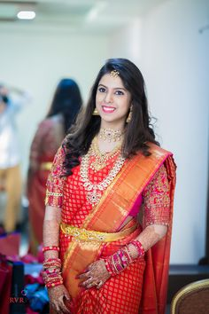 South Indian Wedding Hairstyles For Saree Satin - hairstyle Indian Bridal Sarees, Bridal Silk Saree, Indian Bridal Fashion, Saree Wedding, Wedding Bride, Bridal Lehenga, Wedding Bells, Indian Hairstyles For Saree, South Indian Wedding Hairstyles