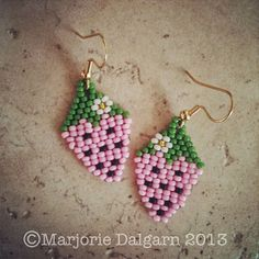 living with threemoonbabies: Strawberry Earrings Beading Pattern Seed Bead Jewelry, Seed Bead Earrings, Beaded Earrings, Seed Beads, Beaded Jewelry Patterns, Beading Patterns, Peyote Patterns, Stitch Patterns, Diy Jewelry Projects