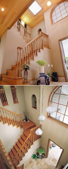 吹抜けの玄関ホール。 曲木の飾り手摺が高級感を演出しています。 デザイン ナチュラル 
