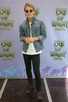 Tom Odell Photos Photos - Tom Odell poses backstage at The Isle of Wight…
