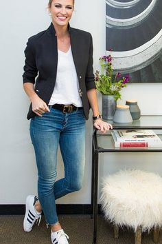 Outfit jeans 5 Little Ways to Elevate a Basic T-Shirt and Jeans erin andrews wears tailor blazer with jeans and tshirt cropped Casual Friday Work Outfits, Jeans Outfit For Work, Blazer Outfits Casual, Dress Up Jeans, Blazer With Jeans, Summer Work Outfits, Outfit Jeans, Business Casual Outfits, T Shirt And Jeans