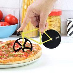 Existem muitas, muitas e muitas opções de cortadores de pizza, mas se você é daquelas pessoas que adoram utensílios diferentes, vai curtir esse cortador em formato de bicicleta. Quem sabe ele ainda faça você pensar em pedalar para perder as calorias adquiridas! R$69,00 #tetrispresentes #criativosediferentes
