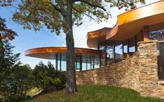 On A Heavily Wooded Site Adjacent To Lake In Milwaukees Western Fringe Robert Oshatz Was Asked Design