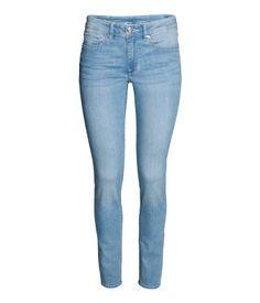 Schwarz. 5-Pocket-Jeans aus superstretchigem, gewaschenem Denim. Modell mit superschmalem Bein und normaler Bundhöhe.