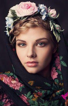 Russian Fashion - Découvrez l'histoire du châle russe de Russie traditionnel. Origines du foulard russe, de cette grande étole en pure vierge laine ou cachemire à fleurs .