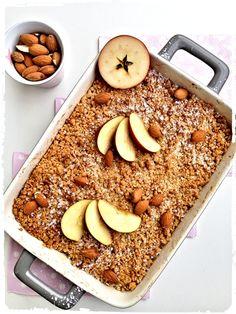 Oblíbenou surovinou pro podzimní pečení jsou jablíčka. Pokud se vám jejich letošní úroda vyvedla a pomalu už nevíte, co snimi, vyzkoušejte voňavý jablečný crumble. Je to lehká varianta drobenkového koláče, nemá totiž těstový základ. A pokud máte rádi kombinaci jablek a ořechů, pak pro vás tento jednoduchý dezert bude jistě to pravé ořechové. Acai Bowl, Banana Bread, Cereal, Cooking, Breakfast, Desserts, Food, Archive, Acai Berry Bowl