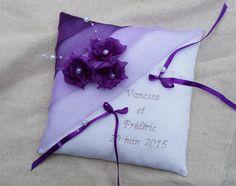 coussin porte alliance mariage violet parme blanc décor fleurs perles personnalisable : Autres accessoires par saperlipopette-creations