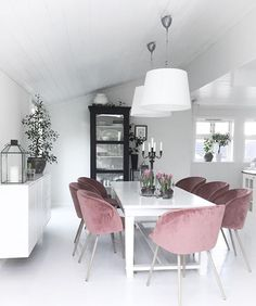 Put some blush on your home white dinning room making it special by adding velvet dusty pink arm cha Dining Room Inspiration, Home Decor Inspiration, Pink Dining Rooms, Interior Styling, Interior Design, Design Interiors, Dinner Room, Suites, Dining Room Design