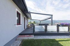 Die Terrasse dieses HARTL HAUS Kundenhauses, sieht nicht nur gut aus, sondern dient auch als Vordach der Garage. So ist es möglich nicht nur ein Auto geschützt zu Parken. Garage, Stairs, Windows, Home Decor, Patio, Porch Roof, Carport Garage, Stairway, Decoration Home