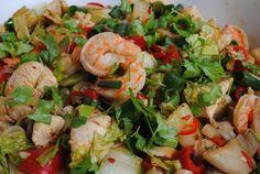 Makaron po wietnamsku z kurczakiem i krewetkami to aromatyczne danie, doskonałe na obiad czy kolację. Zaskoczycie nim znajomych, którzy pokochają to danie.