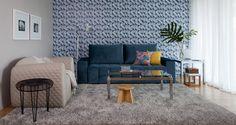 Ambiente confortável e jovem, essa sala de estar inova nos padrões da decor ;) O sofá azul e a poltrona creme são destaque do ambiente.