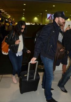 Chris Evans and Jenny Slate at the airport after a brief stay in Sydney. November 16, 2016.