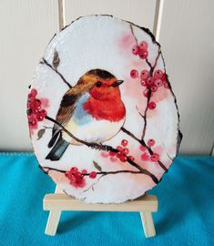 Robin decorative log slice with easel stand. Log Slices, Easel, Robin, Decoupage, Decor, Flip Charts, Decoration, Robins, Decorating