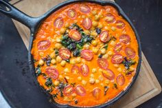 Geröstete Paprika, Kichererbsen und Spinat Curry ✓ Frisches, gesundes und veg… Roasted peppers, chickpeas and spinach curry ✓ Fresh, healthy and vegan recipe ☆ Now boil! Vegetarian Recipes, Cooking Recipes, Healthy Recipes, Spinach Health Benefits, Chickpea And Spinach Curry, Chickpea Curry, Good Food, Yummy Food, Vegan Curry