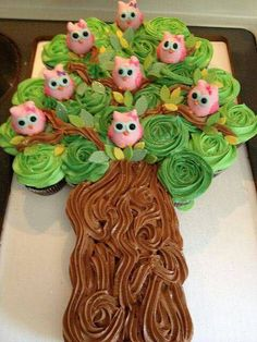 Cupcake cake with owl cake pops This is the most adorable cupcakes I have seen! The sweet little owls are cake pops too! Pull Apart Cupcake Cake, Pull Apart Cake, Cupcakes Bonitos, Owl Cake Pops, Cupcake Cookies, Cupcake Tree, Owl Cupcakes, Cupcake Ideas, Snowman Cupcakes