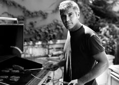 George Clooney es como los buenos vinos, con los años se pone mejor, y además le gusta la cocinar. ¡Es un PapacitoPAM!