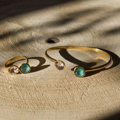 Wil jij ook stralen met deze mooie cuff armband met twee echte Swarovski stenen? Een echte eye-cacher! Deze bangle armband is fantastisch te combineren met andere armbandjes om zo een trendy armparty te creeren. Stijlvol en persoonlijk De armband is nikkelvrij en gemakkelijk verstelbaar, dus hij past om iedere pols.  Deze armband is ook met andere kleurencombinaties Swarovski stenen te verkrijgen in goud of rose goud.