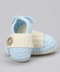 These beautiful booties are perfect for a little angel. Not only soft, stylish and simple to care for, this heavenly knit pair also has dainty fabric wings on the heels. Baby Kids, Baby Boy, Knitted Booties, Mud Pie, Baby Wearing, Baby Knitting, Needlework, Baby Shoes, Infant