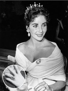 Hollywood royalty: Elizabeth Taylor attended the 1957 Cannes Film Festival with her third husband, theater and film producer Mike Todd, wearing an off-the-shoulder ruched dress and a diamond tiara Elizabeth Taylor Engagement Ring, Elizabeth Taylor Schmuck, Celebrity Wedding Rings, Celebrity Weddings, Golden Age Of Hollywood, Old Hollywood, Classic Hollywood, Hollywood Divas, Hollywood Fashion