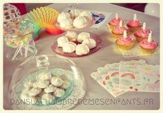Anniversaire licorne - décoration - birthday - birthdayparty - birthdaygirl - unicorn - unicorno - guirlande papier - pompon- diy - enfants - kids - fête - party - sweet table - gâteau - cake - pâtisserie - cuisine - recette - cupcake - gâteau licorne - nuage lumineux - cupcake licorne - meringues - crottes de licornes de Sanglota - serviettes Meri Meri - jeu de la licorne Youliedessine