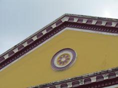 Detalhe do frontão da fachada do Teatro Santa Isabel em Alagoa Grande