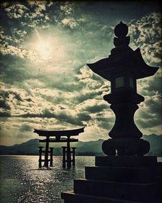 La porte sacrée torii Itsukushima Shrine is a Shinto shrine on the island of Itsukushima (popularly known as Miyajima) in the city of Hatsukaichi in Hiroshima Prefecture in Japan. Kyoto, Japanese Culture, Japanese Art, Photo Japon, All About Japan, Miyajima, Art Japonais, Visit Japan, Geisha