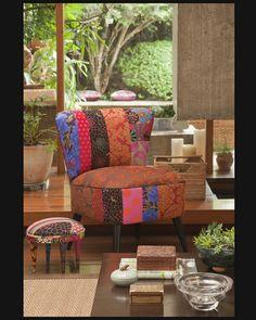 Ana Morelli tem peças incríveis, ela faz poltronas, banquinhos, almofadas, entre muitas outras com Patchwork. Se você conhece a loja Artefacto Basic, dê um pulinho em uma e você pode ver de perto. É lindo! http://www.anamorelli.com.br/