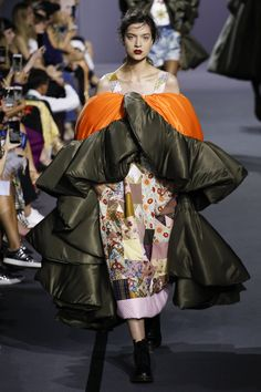 See the complete Viktor & Rolf Fall 2017 Couture collection.
