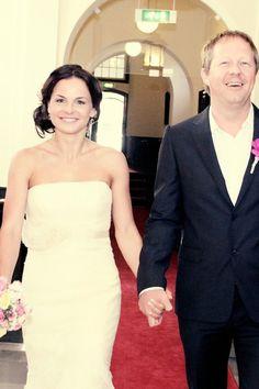 Hoe gaat het in zijn werk als jullie trouwen in het gemeentehuis? Hoe geef je elkaar het jawoord? Kun je een ambtenaar kiezen? Persoonlijke trouwgelofte: is dat mogelijk? Lees hier alles over trouwen in het gemeentehuis!.