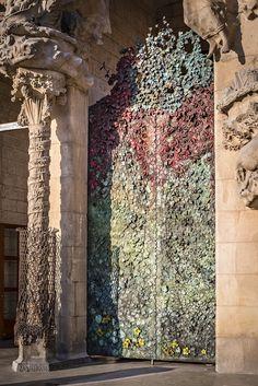 LAST Gaudi's Sagrada Familia - Barcelona : Japanese sculptor Etsuro Sotoo's door for Nativity facade finished . Gaudi Barcelona, Barcelona City, Barcelona Travel, Barcelona Catalonia, Amazing Architecture, Art And Architecture, Art Nouveau, Antonio Gaudi, Windows