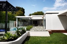 Built in 1964 and originally designed by architect Harry Ernest, a worn-down home undergoes an overhaul that embraces the spirit of the original. Melbourne Suburbs, Melbourne House, Mim Design, Moderne Pools, Modern Contemporary Homes, Modern Homes, Midcentury Modern, Storey Homes, Mid Century House