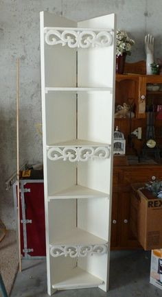 Corner shelves of of louvered shutters or hinged closet doors. Upcycled Furniture, Furniture Projects, Bedroom Furniture, Diy Furniture, Homemade Furniture, Diy Projects, Small Closet Design, Small Closets, Door Corner Shelves