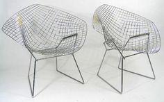 He aquí un prodigio, o dos: la pareja de sillas Bertoia, otro de los grandes legados que nos dejó el XX. Su creador, el italiano Harry Bertoia, diseñó en los 50 una serie de cinco asientos etéreos y ligeros. Son de varillas de metal, aunque parecen hechos de aire. La versión Diamond, en la foto, es sencillamente perfecta.