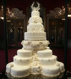 33 LUXURIOUS WEDDING CAKES TO DIE FOR | Bridebug