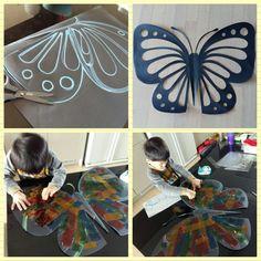 >>>270  재료:두께감있는 검정색도화지(전2절지에 큰나비 했어횸!) 셀로판지.딱풀.가위  ▫검정색도화지를 반으로 접어서 나비 날개를 그린후 무늬를(오릴부분) 맘가는데로 그려주세요.  ▫반접은 상태에서 나비 무늬를 오려주세요^^  ▫뒤로 뒤집어서 셀로판지를 아이와 함께 딱풀로 붙여주세요~(셀로판지 대신 한지도 좋아요-♡)  ▫거실 창에 나비를 붙이고 아이과 빛감상 해보아요^^  빛이 거실에 들어오면 알록달록 예쁜나비가 집으로 놀러와요-♡초코도 맘에 드나보아요 ㅎㅎ  흰색 종이를 나비빛에 대고 보면 좀더 선명하게 볼수있지요^^ 하람이와 함께 만든 나비를 거실창에 붙였더니 생각보다 너무 예뻐서 더 큰사이즈로(2절도화지) 만들어서 아이 등위치에 맞게 붙인후 포토존을 만들었어요^^ 나중에 친구들 놀러오면 찍어줘야 겠어요 ㅎㅎ  더듬이 위치 잘못 잡아서 다시붙이고 ㅎㅎ 하람군 하도 까불대서 겨우 하나 건짐요;; (나머진 심령사진요~>.< ) 뒤늦게 집에온 가온양 점퍼차림으로 거실창에…
