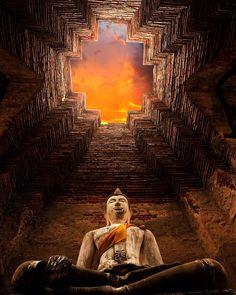 Outro olhar sobre o templo Prasat Nakhon Luang que fica em Ayutthaya Tailândia. #calçathai #tailândia #templo #budismo #ayutthaya #fotografia #perspectiva #culturatailandesa #arquitetura #estátua