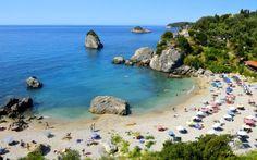 En god bog, en kold kildevand, bikini og solbriller, så er du klar til at nyde skønne dage på stranden på Parga. Se mere på http://www.apollorejser.dk/rejser/europa/graekenland/pargaomradet/parga