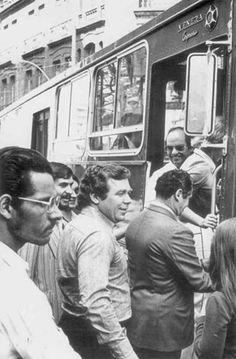 O então prefeito, Jaime Lerner, na viagem inaugural do Expresso de Curitiba, em 1974.